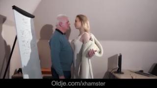 Skandal mesum kakek ngentot gadis mungil