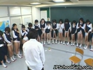 Siswi sma satu kelas menunggu giliran dientot kepala sekolah