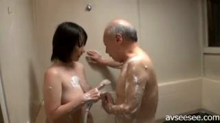 Memuaskan kakek di kamar mandi